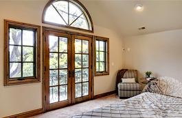 Двери выполнены из высококачественного дуба