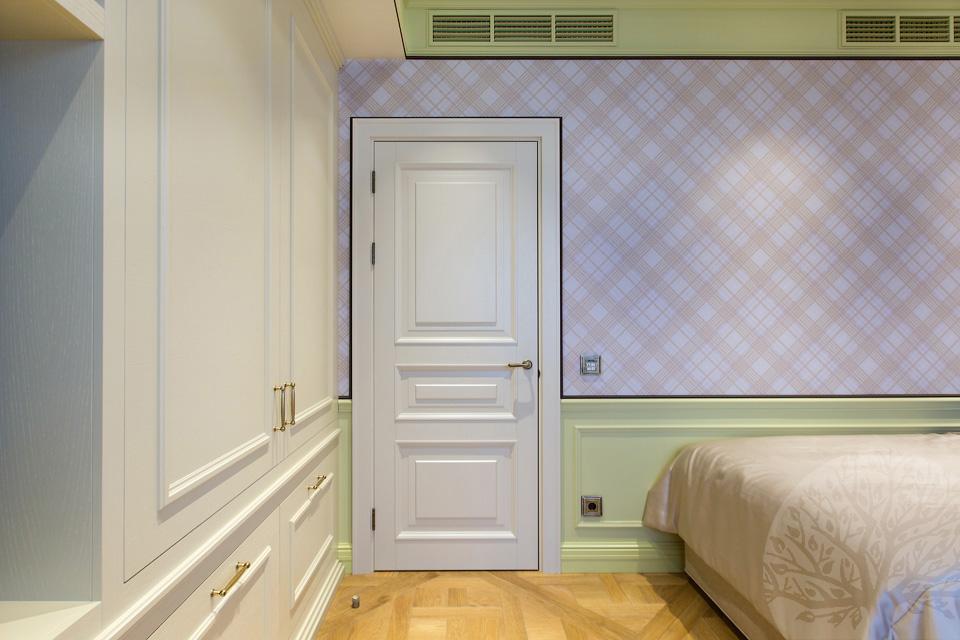 Белые двери из массива дерева