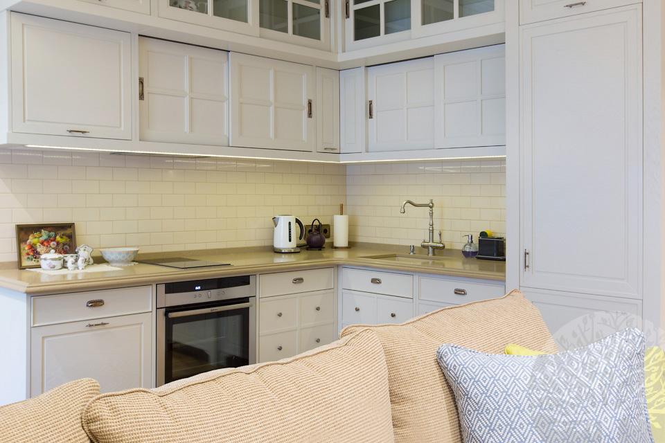 светлый кухонный гарнитур от производителя